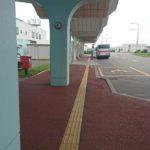 外へ出ると左に空港連絡バス乗場